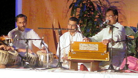 Satish Tare accompanying Pt. Hridaynath Mangeshkar